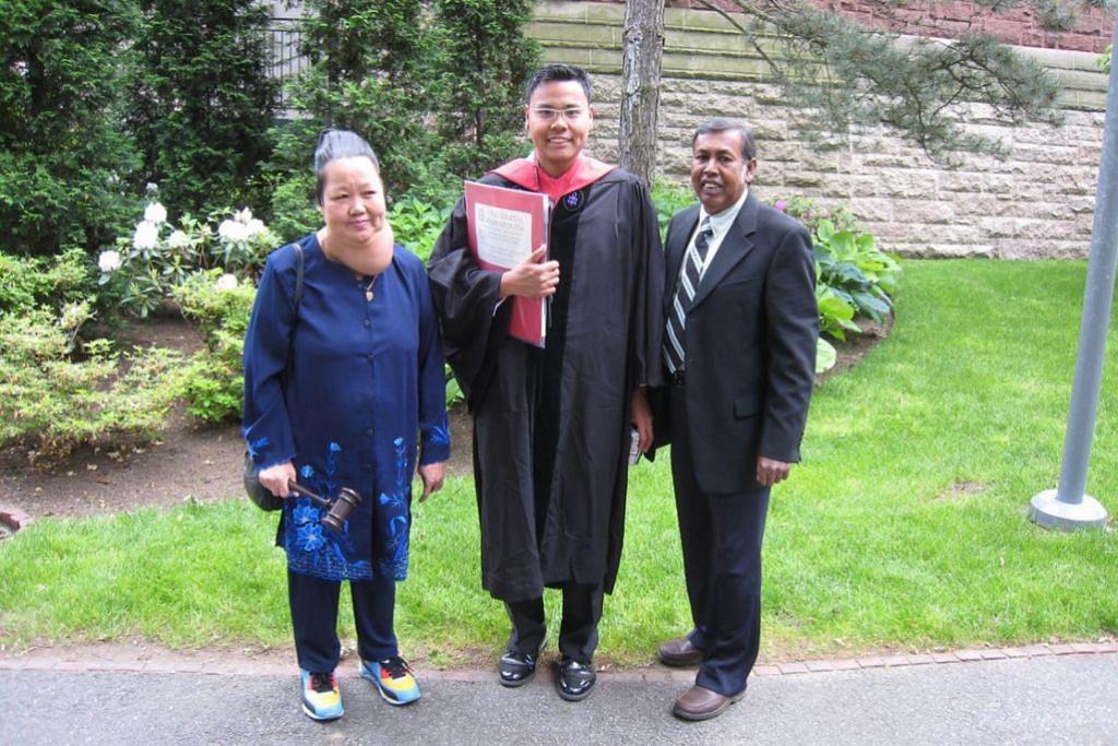 TUNGGAK SOKONGAN: Detik menggembirakan bagi Encik Mohamed Faizal bersama ibu bapanya,Cik Fawziah Abdullah, dan Encik Mohamed Abdul Kadir Syed Ali, di majlis tamat pengajian sarjana beliau di Universiti Harvard.