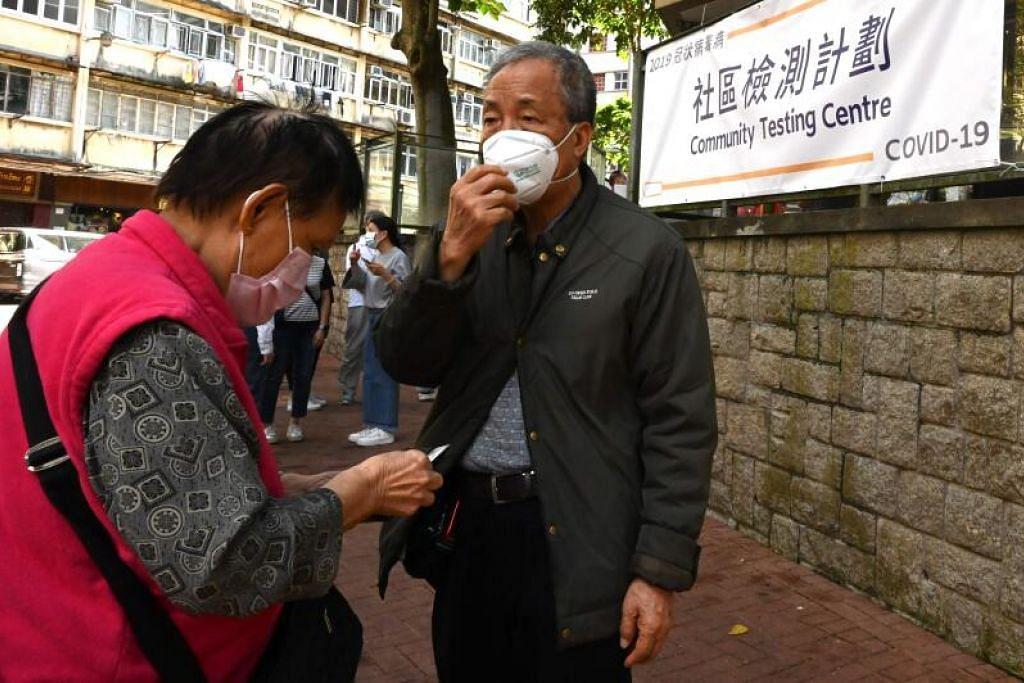 Orang ramai menunggu di luar pusat pengujian di Hong Kong pada Ahad (22 Nov) sedang bilangan kes Covid-19 di wilayah itu terus meningkat.