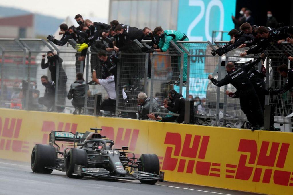 TIADA SAINGAN: Hamilton dan Mercedes telah membentuk gandingan yang sukar ditandingi pasukan lain sejak beberapa tahun lalu. Lama sebelum Hamilton memenangi Grand Prix Istanbul minggu lalu, Mercedes telah pun merangkul kemenangan dalam kategori penghasil kereta. - Foto AFP