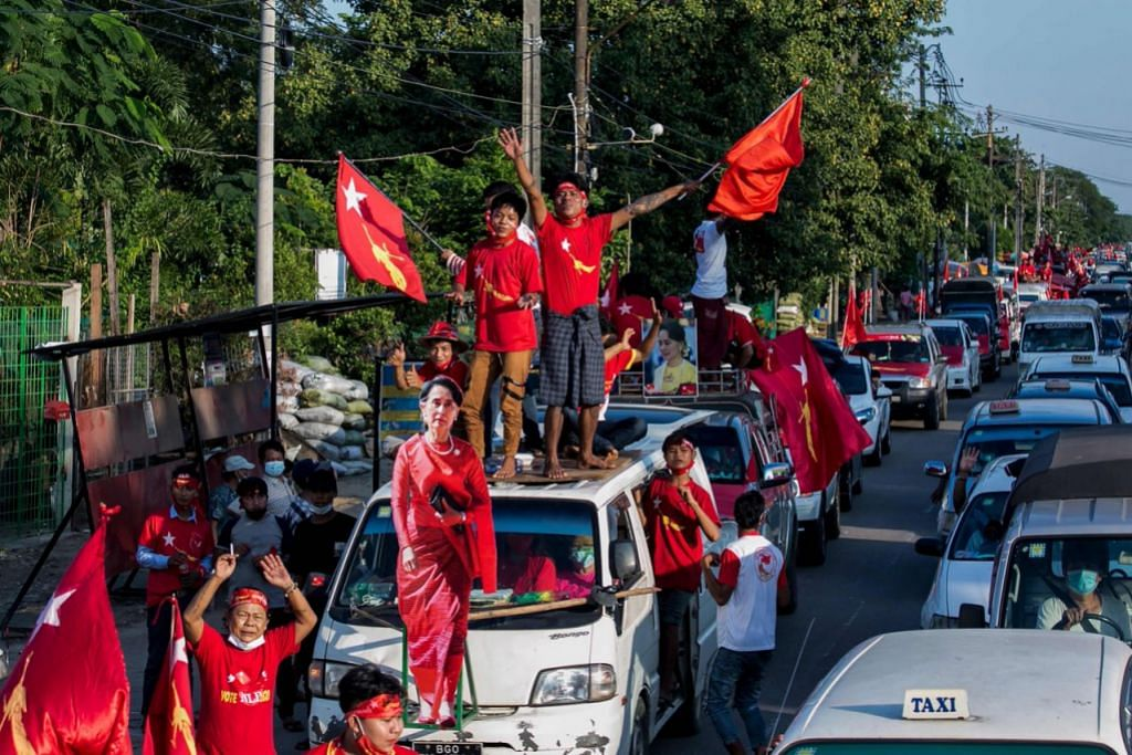 RAI KEMENANGAN: Penyokong NLD meraikan kemenangan besar parti itu dalam pilihan raya umum lalu. - Foto AFP