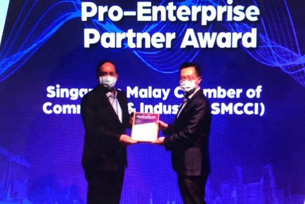 DIIKTIRAF: Presiden DPPMS, Encik Farid Khan (kiri), mewakili Dewan semasa menerima Anugerah Rakan Kerja Pro-Perusahaan dari Pengerusi Panel Pro-Perusahaan (PEP), Encik Leo Yip, di majlis penyampaian Anugerah PEP-Persekutuan Perniagaan Singapura (SBF). – Foto DPPMS