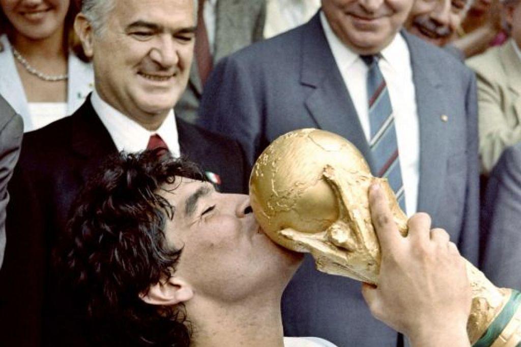 Maradona mencium Piala Dunia pada 1986.