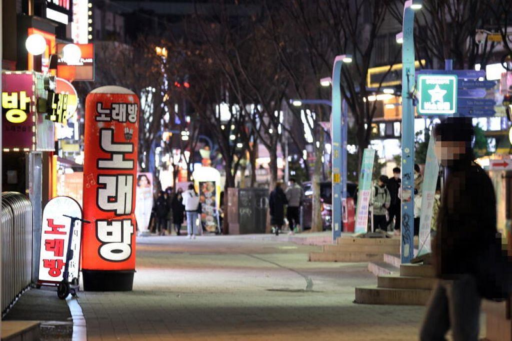 SEPI KERANA WABAK: Jalanan di Hongdae, salah satu daerah di Seoul yang sibuk dengan kegiatan hiburan, tampak sunyi sepi di sebalik bertambahnya kes jangkitan Covid-19. - Foto EPA-EFE
