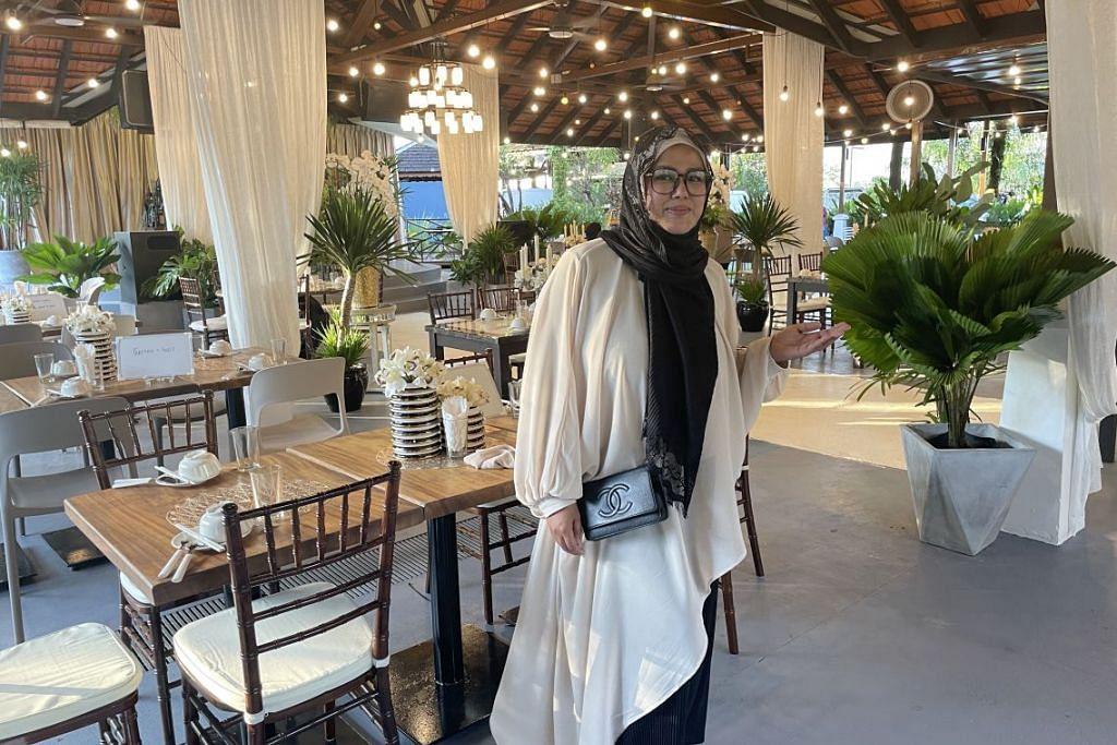 MACAM 'MASUK KAMPUNG': Cik Fatimah (atas) tertarik dengan Gallop Kranji Farm Resort, dengan suasana sekitaran yang jauh dari hiruk pikuk kota, lantas memutuskan membuka restoran pertamanya. – Foto BH oleh HANIM MOHD SALEH