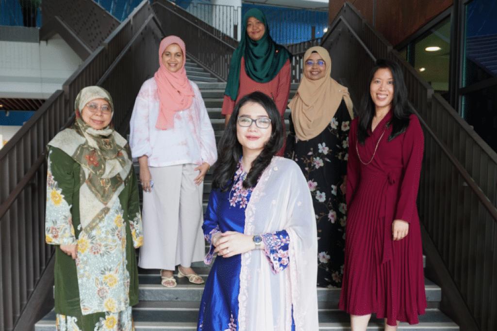 PEMEGANG JAWATAN PPIS: (Dari kiri): Setiausaha Agung, Cik Nor Ainah Mohamed Ali (berbaju hijau); Penolong Setiausaha Agung, Cik Nur Khairah Abdul Rahim (hijab merah jambu); Penolong Bendahari, Cik Noraini Rizman Ali; Bendahari, Cik Fawziah Jainullabudeen; Naib Presiden, Cik Suree Rohan (berbaju merah); dan Presiden, Cik Hazlina Abdul Halim (tengah, berbaju biru).