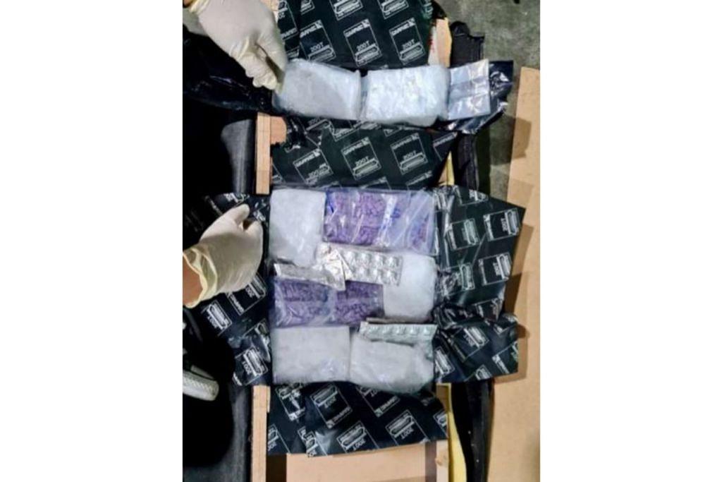 DADAH DISEMBUNYI DALAM PERABOT: Pegawai ICA menemui beberapa bungkusan dadah yang disembunyikan dalam perabot selepas pemeriksaan lanjut mengesan kejanggalan dalam imbasan X-ray konsainan itu yang diisytihar sebagai 'barangan peribadi'. - Foto ICA