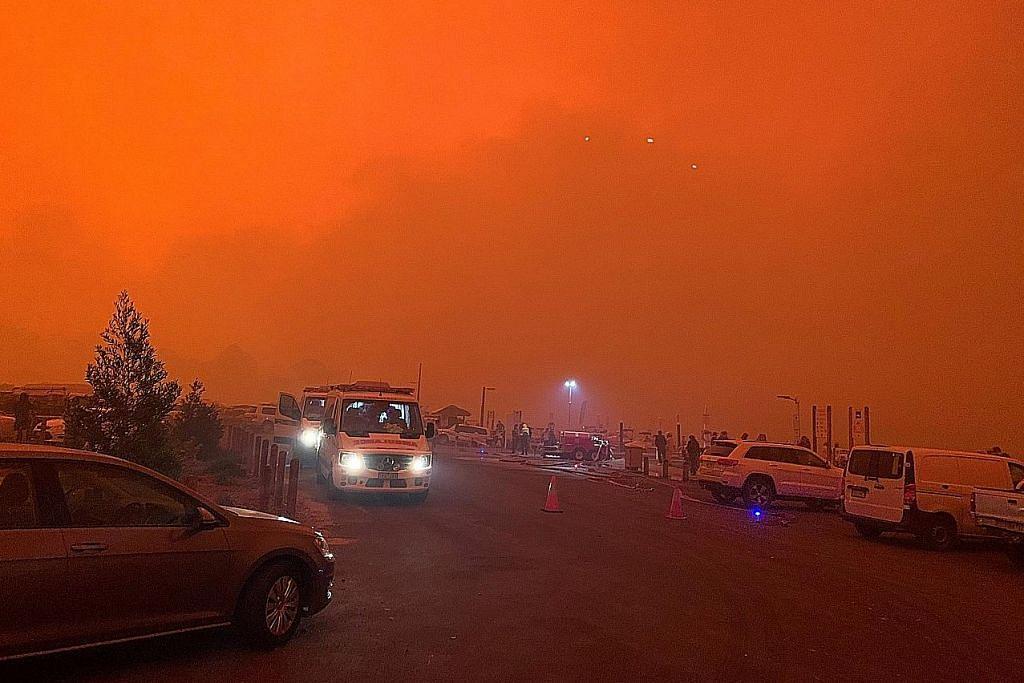 Ribuan terperangkap di pantai Australia yang diselubungi api