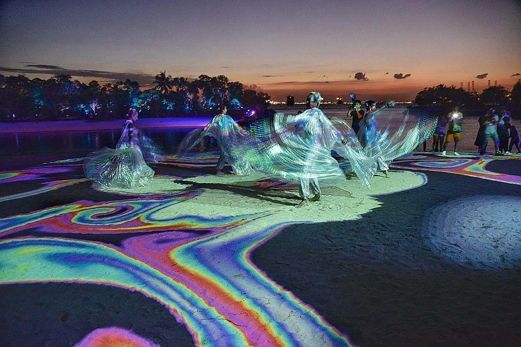 Pertunjukan lampu, muzik di pantai Siloso