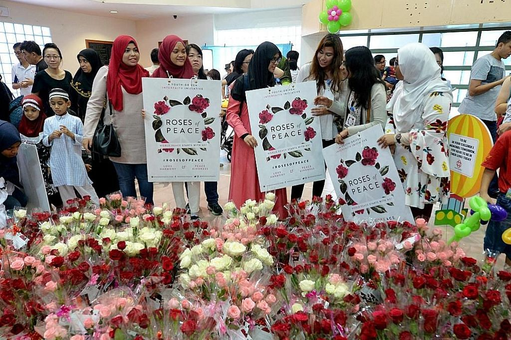 ANTARA BADAN YANG GIAT DALAM SILANG AGAMA - ROSES OF PEACE: Diasaskan Encik Mohamed Irshad Abbas, kumpulan ini menganjurkan dialog antara agama dan sebar mesej keamanan menerusi pengagihan bunga ros.