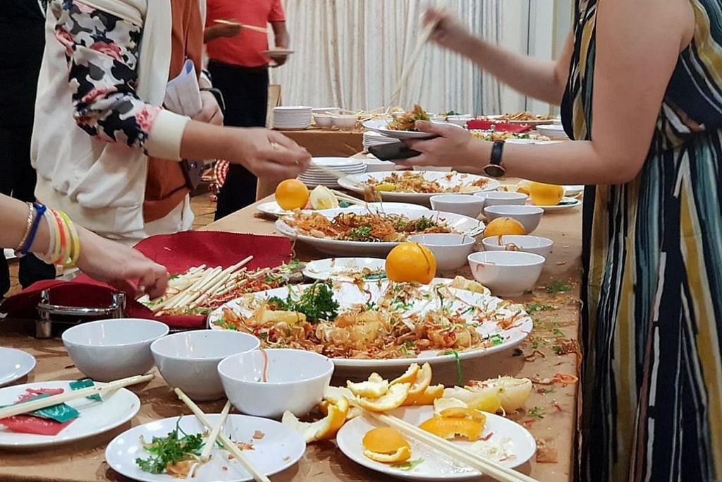 ERATKAN HUBUNGAN: Pelanggan berbilang bangsa dan agama melambung 'Yu Sheng' bersama di restoran The Landmark sempena Tahun Baru Cina. - Foto THE LANDMARK