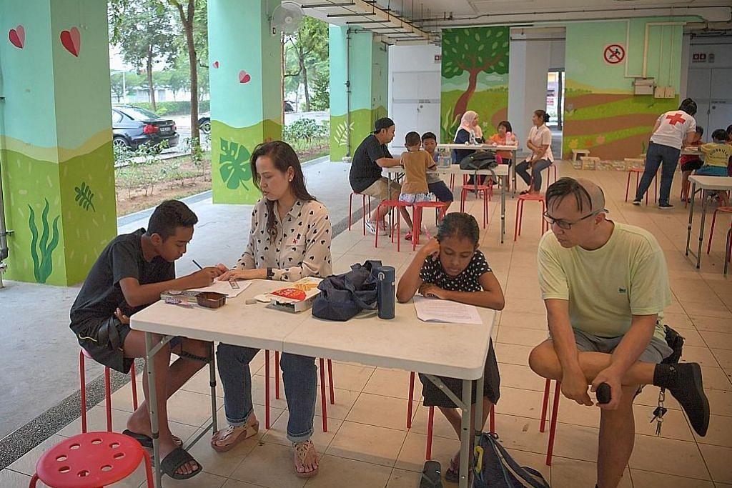 Pelajar dapat bimbingan relawan di kolong blok