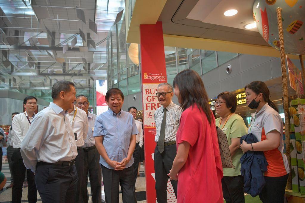 BAKAL DIBANTU: Menteri Pengangkutan Encik Khaw Boon Wan melawat beberapa kedai runcit di Terminal 3 Changi untuk memantau cabaran yang mereka hadapi dek penularan koronavirus. – Foto BH oleh ARIFFIN JAMAR