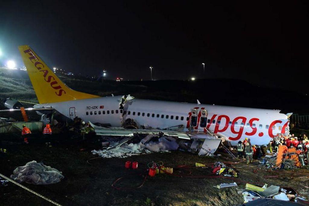 NAHAS DI TURKEY: Pesawat Pegasus Airlines pecah tiga setelah terbabas ketika mendarat di landasan basah.