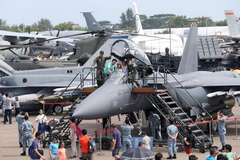 Lebih 40 pesawat dari seluruh dunia dipamerkan di pertunjukan udara Singapore Airshow 2018, dengan orang ramai beratur untuk merebut peluang duduk dalam kokpit jet pejuang. Foto fail