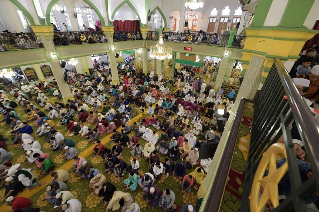 JAGA KEBERSIHAN: Pejabat Mufti menasihatkan jemaah untuk menjaga kebersihan di masjid, dan antara lain menyarankan jemaah membawa alas sujud dan telekung sendiri, serta tidak bersalaman.