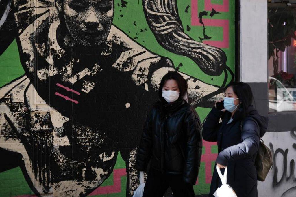 PAKAI PELITUP: Orang ramai kelihatan memakai pelitup di Chinatown, New York pada 29 Januari lalu.