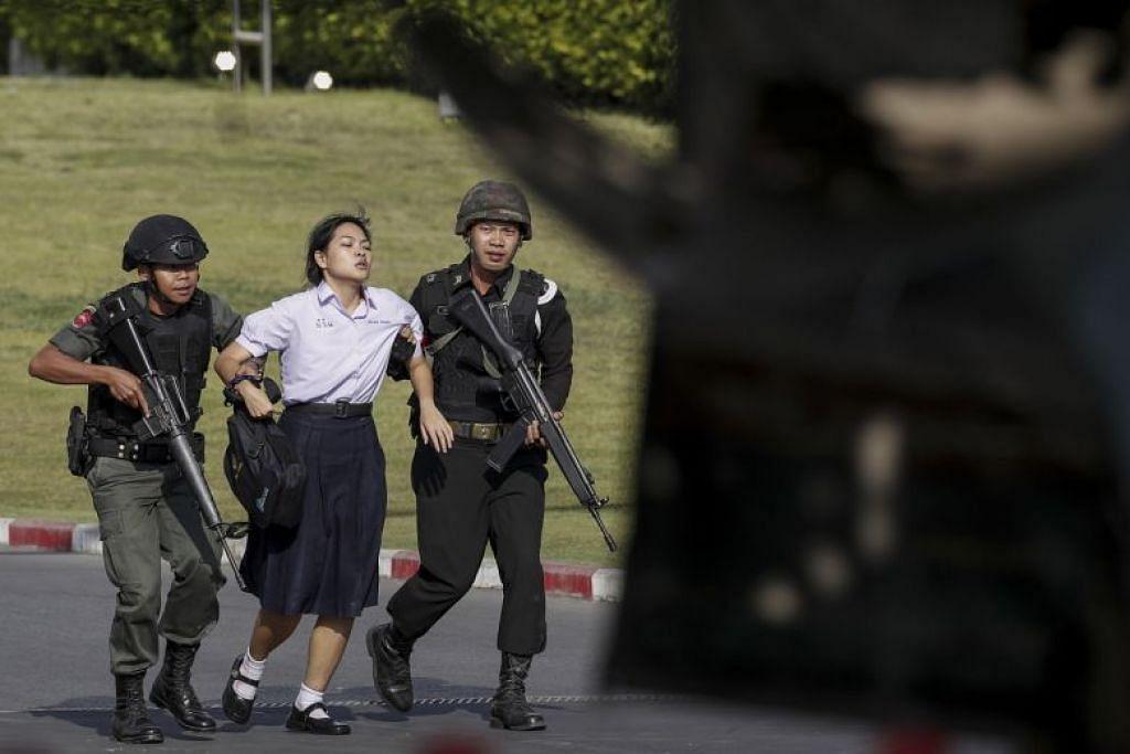SELAMATKAN MANGSA: Askar memindahkan keluar seorang tebusan dalam serangan tembakan beramai-ramai di pusat membeli-belah Terminal 21 di Nakhon Ratchasima, Thailand, pada 9 Februari.