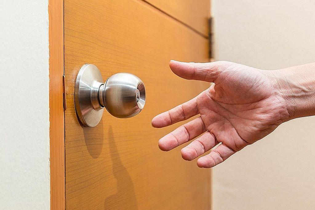 Bolehkah anda dijangkiti virus hanya dengan memegang tombol pintu?