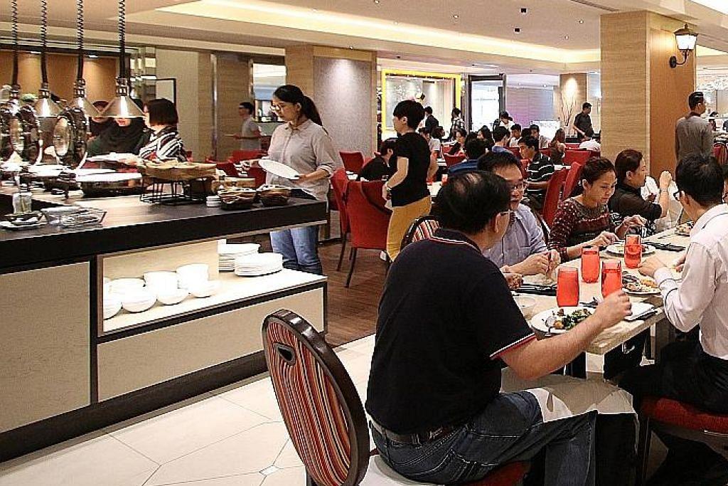 BUFET MEWAH: Sebelum munculnya restoran 'fine dining' halal, restoran bufet mewah di hotel, seperti Carousel, menjadi tumpuan masyarakat Islam setempat yang ingin menikmati makanan premium. - Foto fail