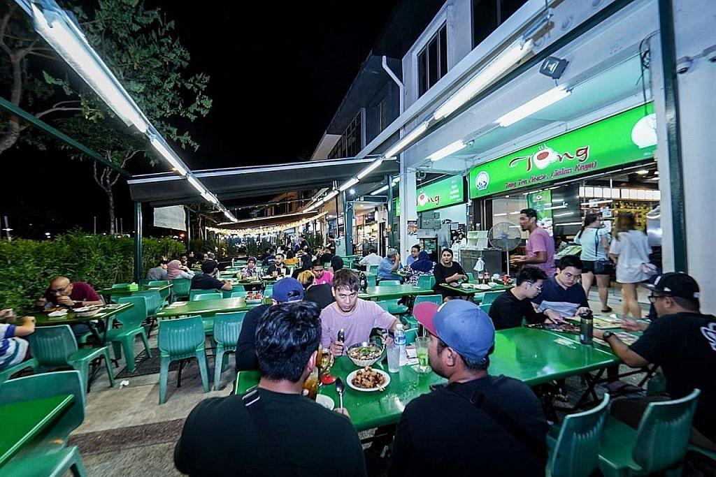 MAKAN SAMBIL BERSANTAI: Ramai pelanggan tetap Tang Tea House gemar menjamu selera di sana kerana mereka tertarik dengan konsep tempat makan terbuka serta suasananya yang santai. - Foto BM oleh NUR DIYANA TAHA