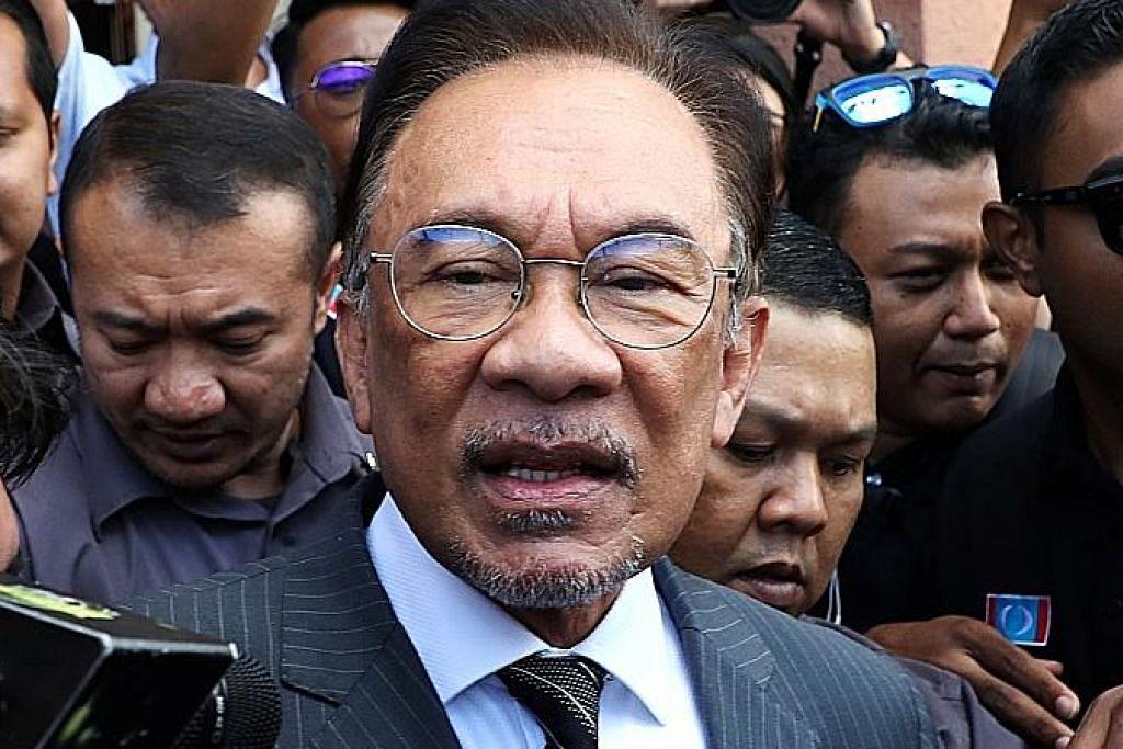 Kerajaan PH tumbang, Mahathir dilantik perdana menteri sementara