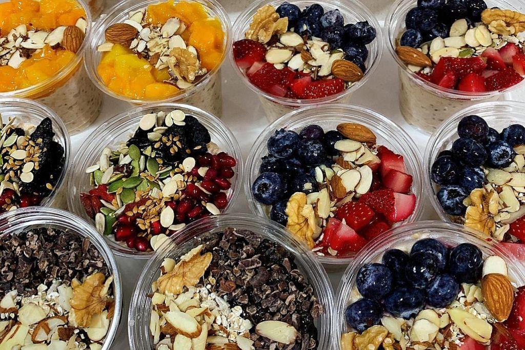 RINGKAS TAPI PENUH KHASIAT: Inilah antara perisa 'oat semalaman' - 'Nutty Nuts', 'Muddy Chocolate' dan 'Strawberry and Blueberry' - yang disediakan Cik Siti Zubaidah Md Isa (tiada dalam gambar). Menurut beliau, kebanyakan pelanggannya membeli oat sebagai makanan tengah hari ataupun sarapan ringkas. - Foto SITI ZUBAIDAH MD ISA