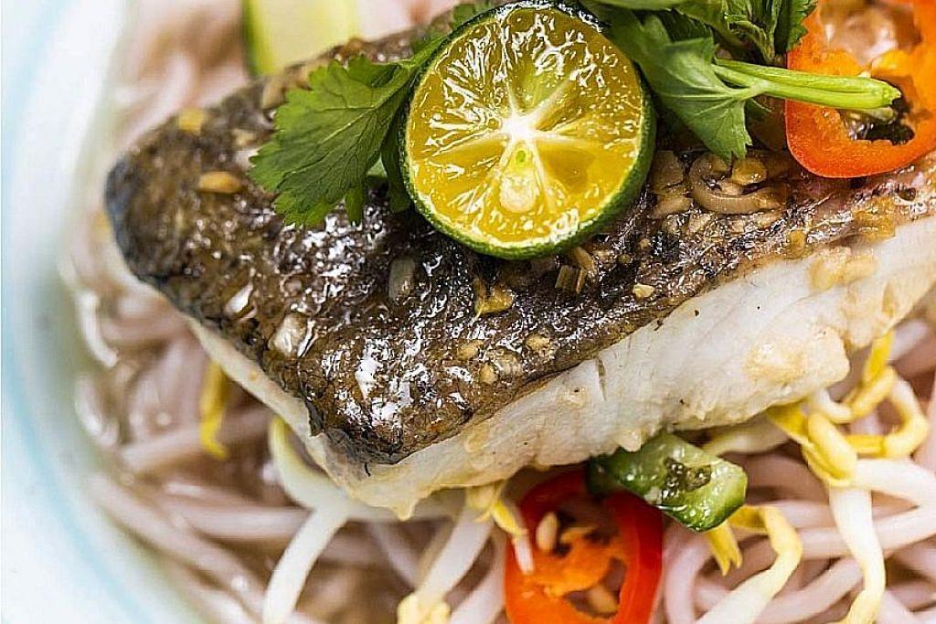 HIDANGAN MENARIK: Sup ikan barramundi dengan mi diperbuat daripada beras ceruh yang disediakan YOLO diharap mendorong pelanggannya lebih tertarik untuk makan makanan sihat. - Foto YOLO