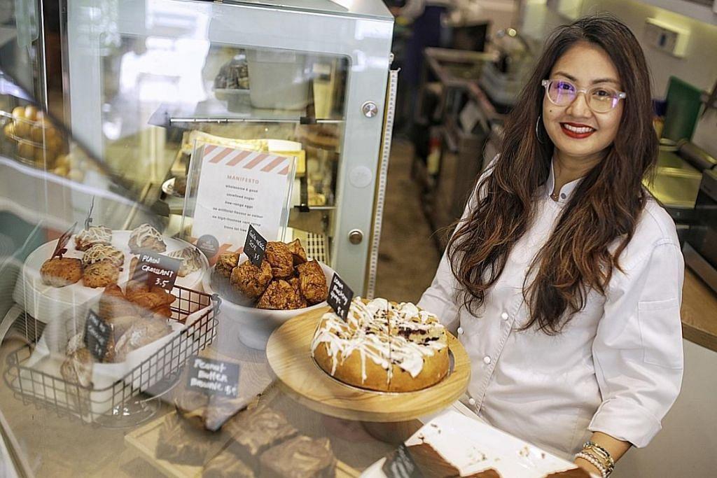 TEROKA VARIASI RASA: Pengasas All Things Delicious, Cik Dewi Imelda Wadhwa, cuba variasi perisa bagi pencuci mulut klasik seperti skon gula melaka di kafenya. - Foto BM oleh AZMI ATHNI KEK
