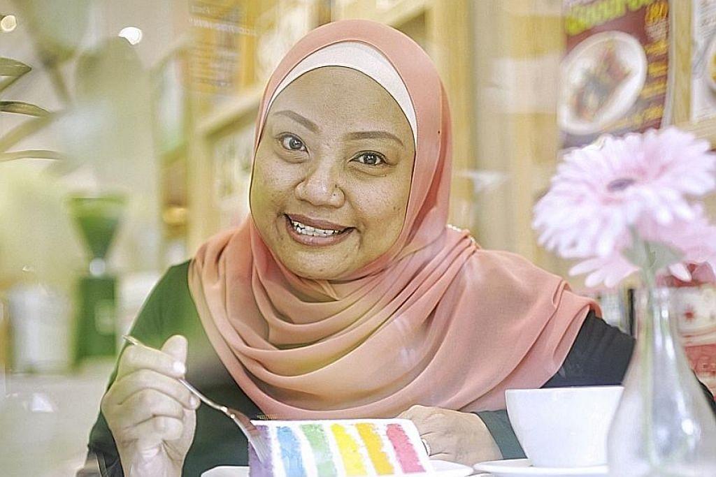 KEK KLASIK TETAP JADI PILIHAN: Pemilik Lynn's Cakes, Cik Lynn Saijan-Lim, tetap menyajikan kek-kek klasik yang dijual sejak hari pertama perniagaannya dimulakan. - Foto BM oleh AZMI ATHNI