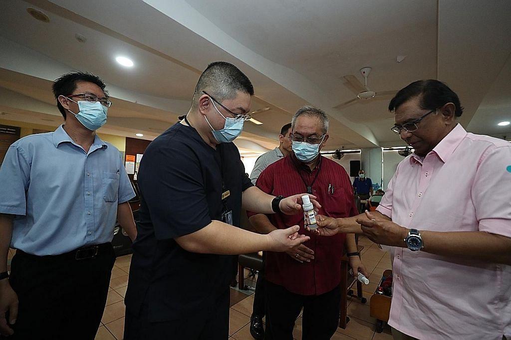 Sumbang sanitiser tangan pada rumah warga emas