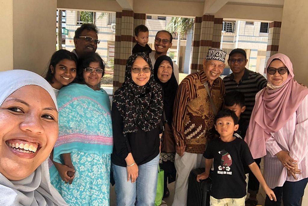Keluarga S'pura yang 'terkandas' tumpang kereta balik Tampines