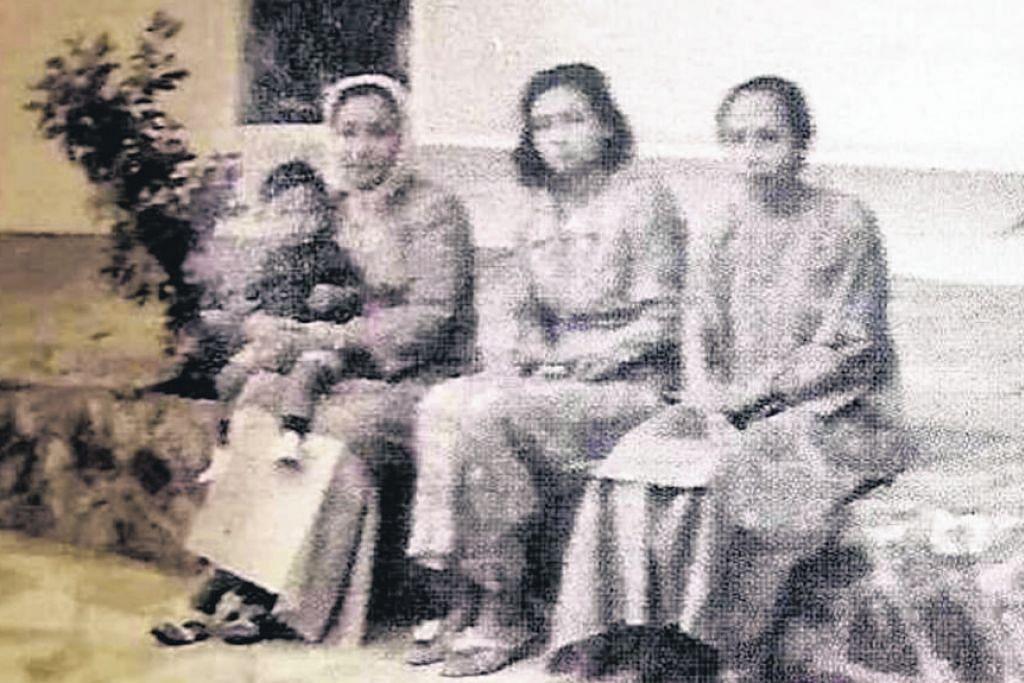 SEKILAS KEHIDUPAN KERABAT DI RAJA SILAM DI SINI - KENANGAN DI ISTANA MAHLIGAI PAHANG: Kerabat diraja Pahang bergambar di salah satu kediaman mereka di Sime Road.