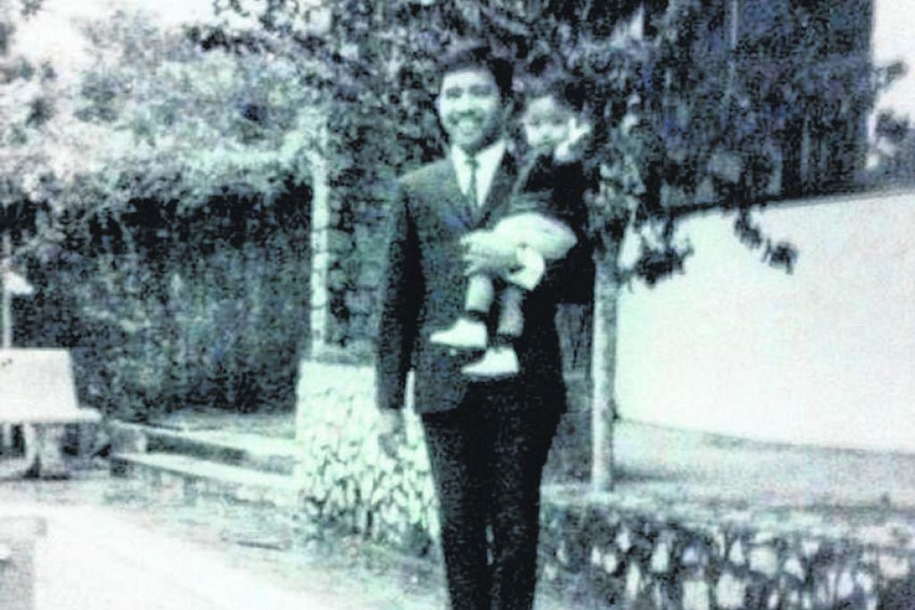 SEKILAS KEHIDUPAN KERABAT DI RAJA SILAM DI SINI - KENANGAN SEMASA KECIL DI SINGAPURA: Dato Tunku Iskandar Dzulkarnain didukung ayahnya di Istana Mahligai di Sime Road. Dato Dzulkarnain, kini berusia 54 tahun adalah seorang peniaga berjaya dan tinggal di Pahang. Beliaulah yang mememberikan maklumat dan foto-foto tambahan kepada Encik Sarafian mengenai keempat-empat istana Sultan dan kerabat Pahang di Singapura.