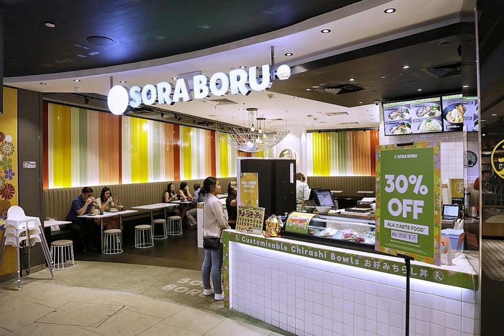 SELESA MAKAN BERSAMA: Pelanggan Muslim dan bukan Muslim selesa menjamu selera di restoran makanan Jepun halal Sora Boru di 313@somerset. - Foto BM oleh AZMI ATHNI