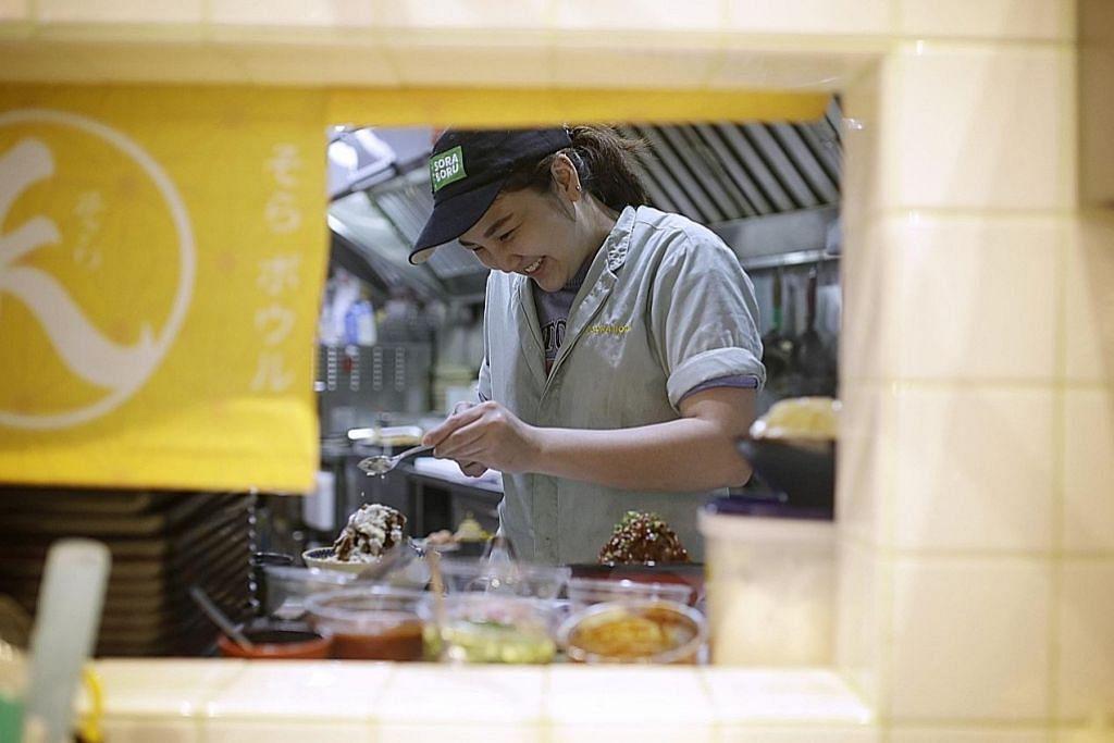 EKSPERIMEN DI DAPUR: Cef di restoran Sora Boru bereksperimen dengan bahan yang halal dan menyesuaikan resipi untuk memastikan rasa hidangan itu dekat dengan hidangan Jepun yang boleh didapatkan di restoran yang tidak halal juga.