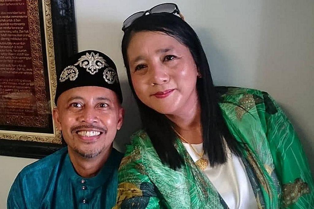TELEFON SETIAP HARI: Encik Ayob Ismail menggunakan panggilan video untuk menghubungi isterinya, Cik Mega Suria Hashim, sejak mereka terpisah akibat sekatan bagi membendung wabak Covid-19. Gambar atas ialah semasa mereka menyambut Hari Raya bersama tahun lalu. - Foto ihsan AYOB ISMAIL