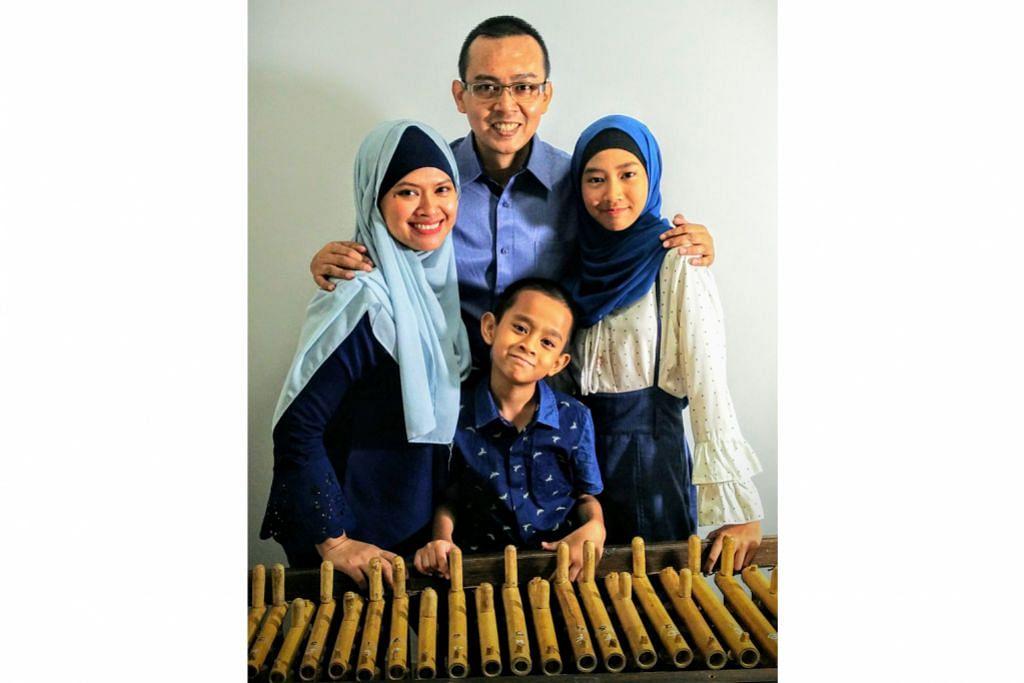 Satu keluarga bergiat dalam permainan angklung