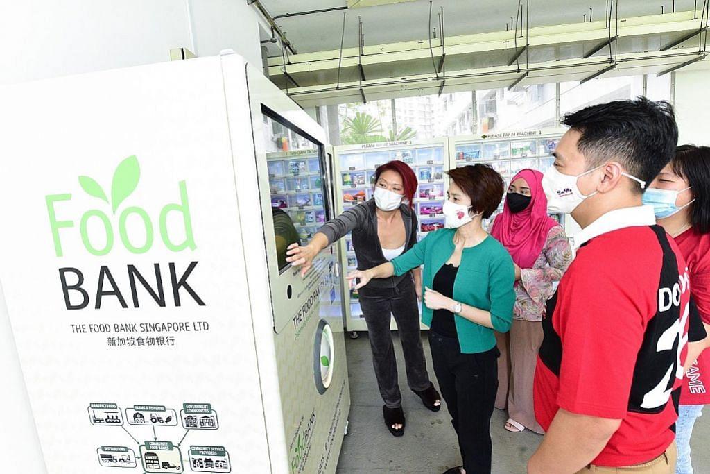 Mesin layan diri bank makanan untuk penduduk memerlukan di Choa Chu Kang