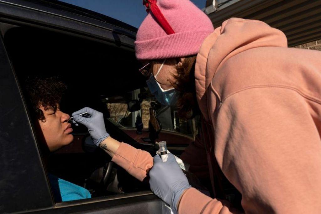 Seorang pekerja kesihatan melakukan ujian Covid-19 ke atas seorang penduduk di Lamesa, Texas.
