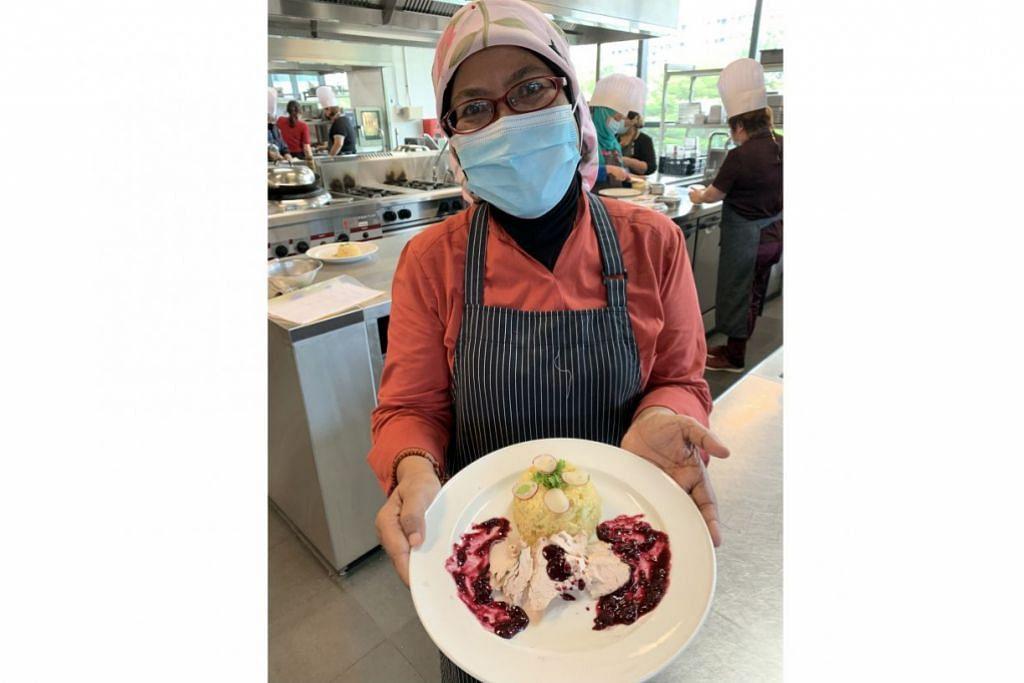 SESI MEMASAK: Cik Siti Hanim Abdul gembira dapat belajar resipi makanan sihat dan sesuai untuk pesakit yang menghidapi penyakit ginjal. - Foto NKFa