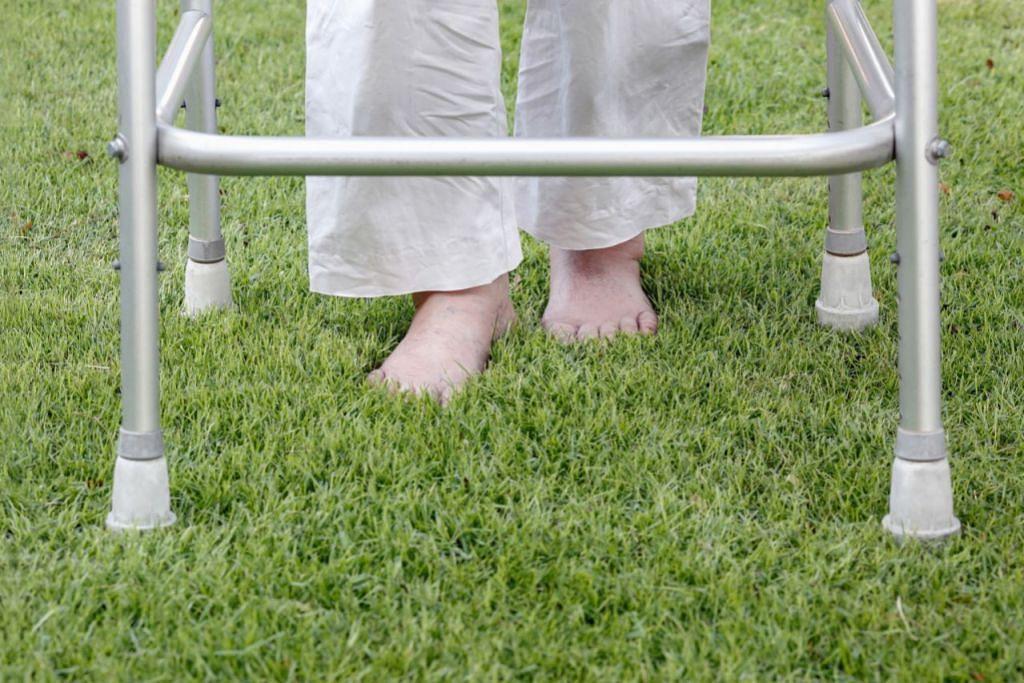LATIHAN BAGI PESAKIT: Seorang pesakit angin ahmar sedang menjalani latihan berjalan dengan berkaki ayam di atas rumput - Foto hiasan ISTOCKPHOTO