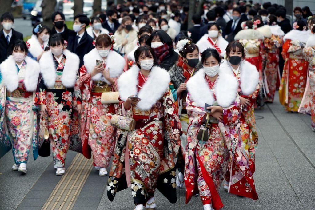 BERPESTA TAPI TIDAK LUPA KESELAMATAN: Sekumpulan wanita yang mengenakan kimono menghadiri Sambutan 'Coming of Age Day' di Yokohama Arena semasa pemerintah mengenakan perintah darurat. - Foto REUTERS