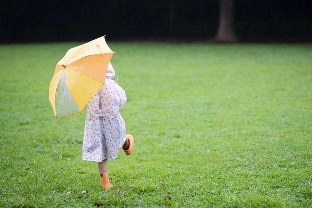 RANCANG KEGIATAN MENARIK: Ibu bapa perlu kreatif dalam merancang kegiatan menarik buat anak mereka pada musim hujan. - Foto ISTOCK, SUHANA AB