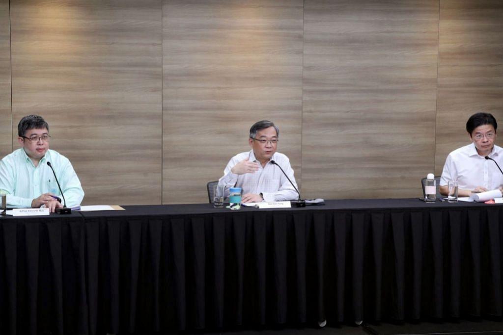 BARISAN DEPAN: (Dari kanan) Pengerusi bersama Pasukan Bertindak Berbilang Kementerian, Encik Lawrence Wong dan Encik Gan Kim Yong, disertai Pengarah Perkhidmatan Perubatan Kementerian Kesihatan (MOH), Profesor Madya Kenneth Mak, memberi perkembangan terkini mengenai Covid-19 di Singapura. - Foto MCI