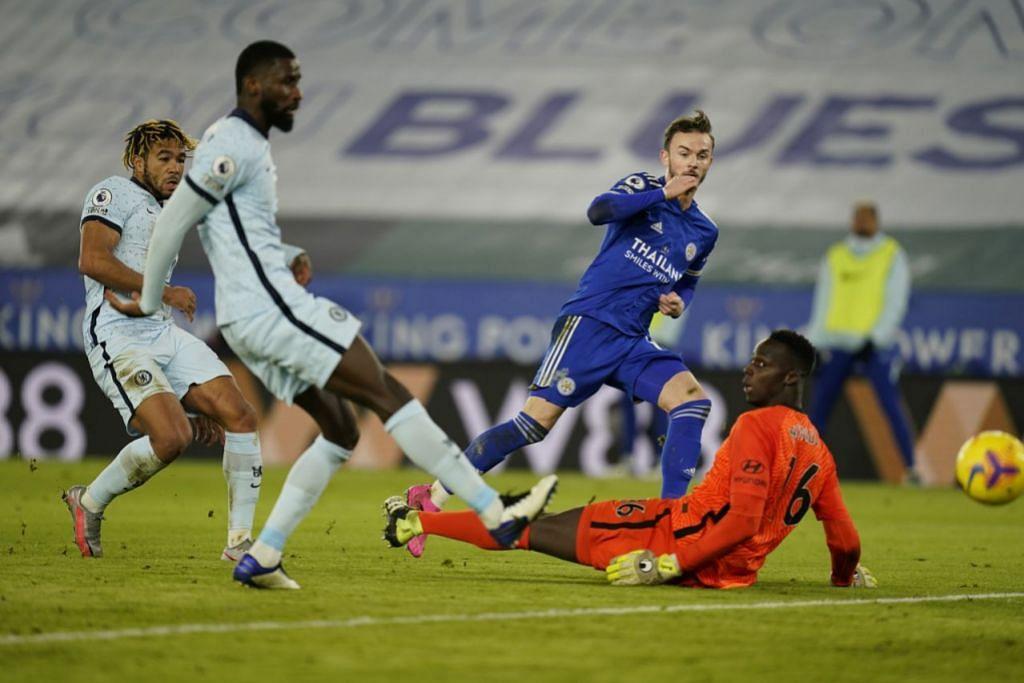 KE PUNCAK LIGA: James Maddison membolosi gawang penjaga gol Chelsea Edouard Mendy untuk jaringan kedua Leicester City di Stadium King Power kelmarin. - Foto EPA-EFE