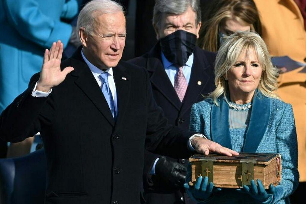 Presiden AS, Joe Biden, mengangkat sumpah jawatan sambil disaksikan isterinya, Dr Jill Biden, di bangunan Capitol, Washington. - Foto AFP