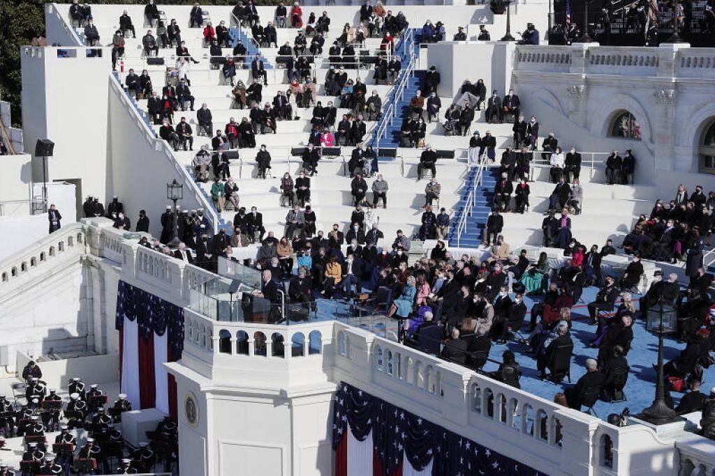 Encik Biden menyampaikan ucapannya sambil didengarkan oleh hadirin yang duduk pada jarak selamat antara satu sama lain di West Front, Capitol, AS. - Foto EPA-EFE