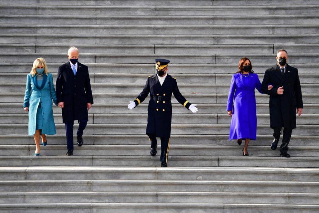 Presiden Amerika Syarikat Joe Biden, Wanita Pertama Jill Biden, Naib Presiden AS Kamala Harris dan Tuan Pertama Douglas Emhoff turun tangga timur di Capitol AS setelah Encik Biden mengangkat sumpah sebagai Presiden ke-46 AS. - Foto EPA-EFE