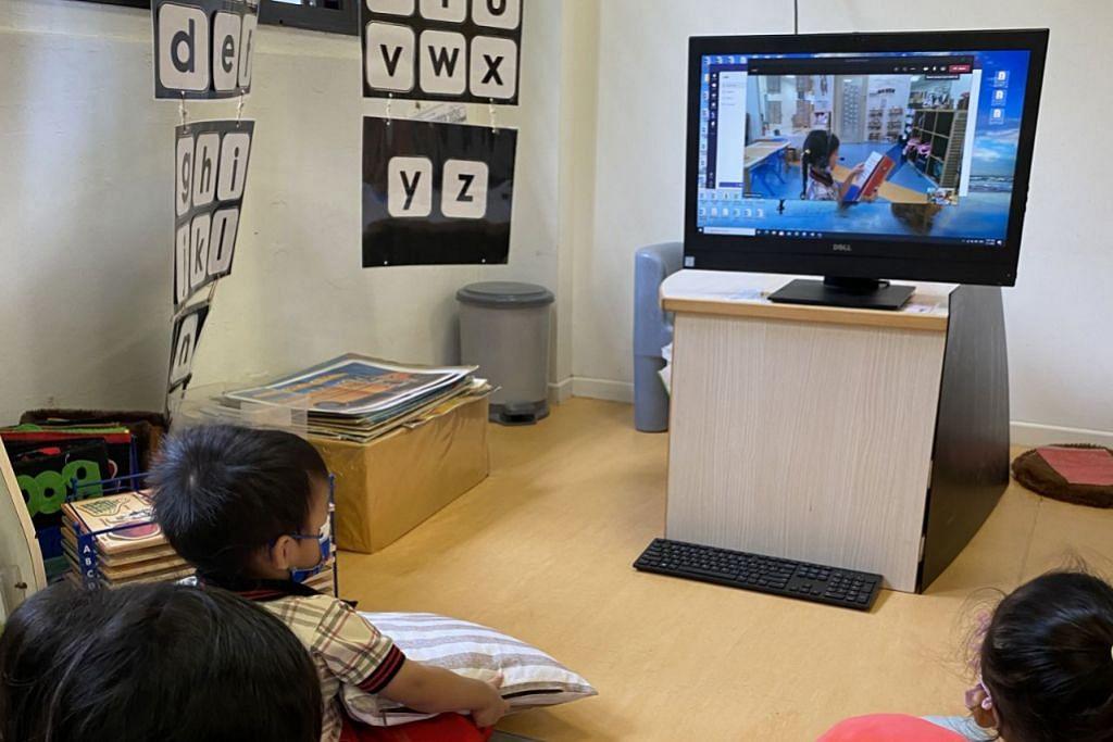 TUMPUAN PENUH: Dalam menghayati seni mendengar, kanak-kanak digalakkan mendengar keseluruhan cerita tanpa gangguan soalan atau perbincangan. Cara ini penting agar tumpuan kanak-kanak ini tidak terjejas. - Foto PPIS