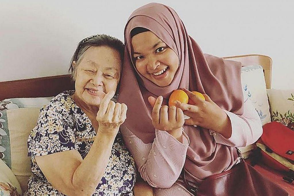 ERAT IKATAN KELUARGA: Cik Sakinah merancang mengunjungi rumah neneknya, Cik Annie Loh pada hari pertama CNY, meneruskan amalan yang biasa dibuat semasa hayat bapanya. - Foto ihsan SAKINAH RAFIQ TAN HUI LING